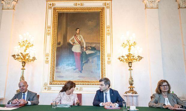 Kanzlerin Brigitte Bierlein und Justizminister Jabloner beim Ministerrat.