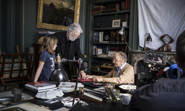 """Michael Haneke mit Fantine Harduin (Eve) und Jean-Luis Trintignant (als Patriarch George) am Set von """"Happy End""""."""