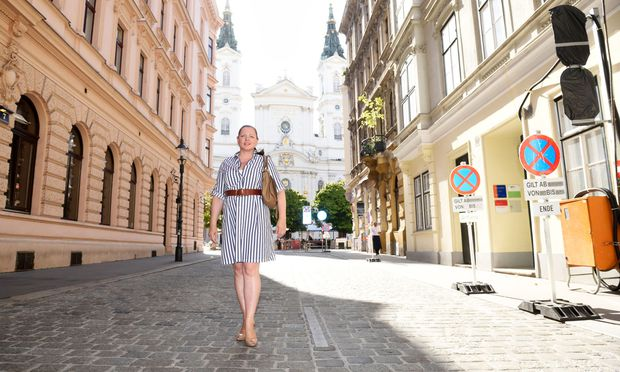 """Francine Brogyányi vor einem ihrer """"Magical Spots"""" in Wien, dem Piaristenplatz in der Josefstadt, unweit ihrer Wohnung."""