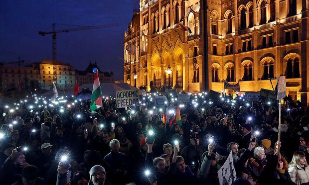 Tausende Ungarn protestieren vor dem ungarischen Parlament für den Erhalt der CEU in Ungarn.