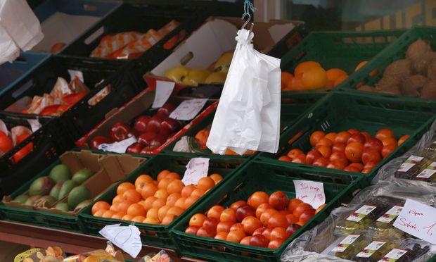 Obst und Gem�sestand an dem noch Plastikbeutel f�r die Eink�ufe genutzt werden *** Fruit and vege