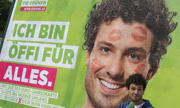 Der Nationalratsabgeordnete Julian Schmid auf und vor dem umstrittenen Plakat