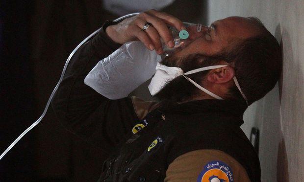 Ein Rettungshelfer ist nach dem Giftgasangriff in Atemnot.