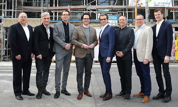 Bauträger, Architekten und Projektleiter bei der Dachgleiche.