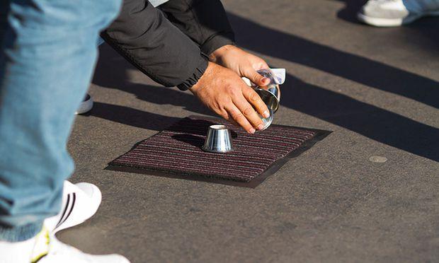 Beim Hütchenspiel lassen sich die Trickser nicht austricksen, nicht einmal von der Exekutive. Hütchen weg, und schon sind sie normale Touristen.