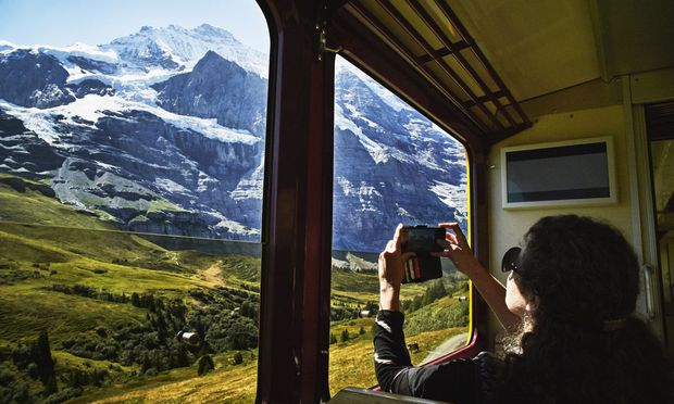 Die alpine Landschaft in der Schweiz – hier die Jungfrau – muss man selbst aus dem Zugfenster gesehen haben – da nütze die detaillierteste Beschreibung nichts, schreibt der Reisejournalist Mark Smith.