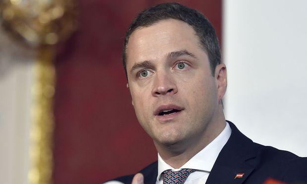 "Johann Gudenus will Asylquartiere in ""Gebieten am Stadtrand""."