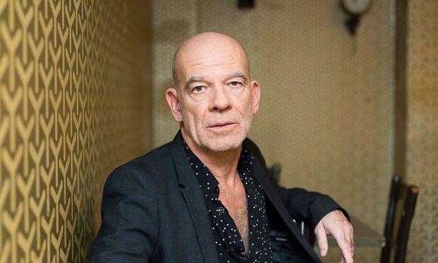 """Das Rauchverbot auf der Burgtheater-Bühne hält Martin Wuttke für """"völlig absurd""""."""