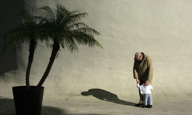 Alzheimer macht einsam: Im fortgeschrittenen Stadium erkennen die Patienten oft nicht einmal mehr ihre eigenen Kinder.