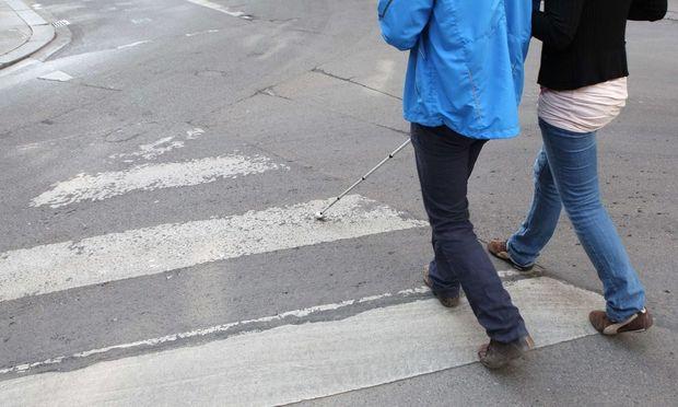 Fußgänger auf dem Schutzweg