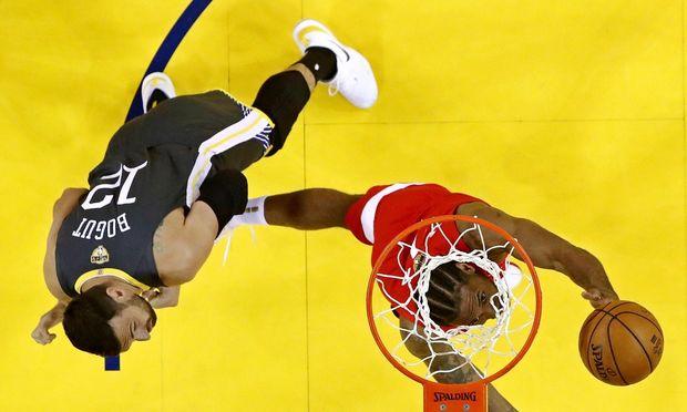Kawhi Leonard, Stürmer der Toronto Raptors, mit Golden State Warriors-Center Andrew Bogut (12).