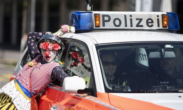 Schon der traditionelle 1. Mai-Umzug stand in Zürich im Zeichen des Frauenstreiks. Im Bild eine Teilnehmerin.