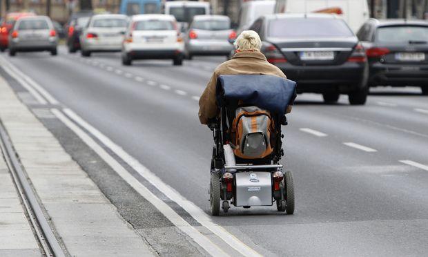 Auf der Fahrbahn dürfen Rollstuhlfahrer abseits von Veranstaltungen (am Bild eine Demo am Wiener Ring gegen Pflegegeldkürzungen im Jahr 2010) auch dann unterwegs sein, wenn ein Gehsteig fehlt.