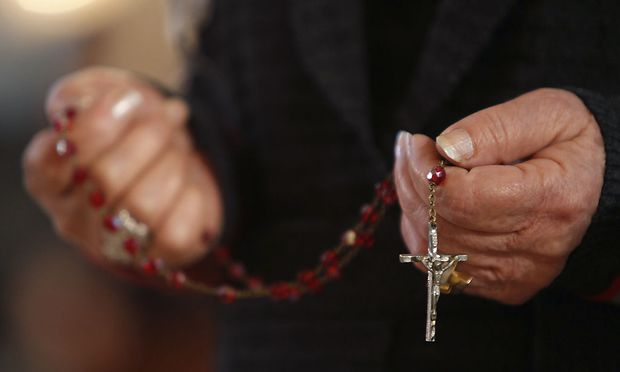 Betender in der chaldäisch-katholischen St. Josefskirche in Bagdad