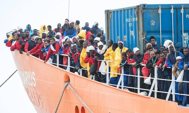 """Archivbild: Ende Mai landen Miganten auf einem Schiff der NGO """"SOS Mediterranee"""" auf Sizilin. Ein Ende des Flüchtlinsstroms ist nicht in Sicht."""