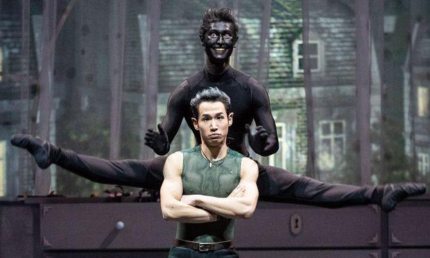 Martialisch: Peter Pan (vorn Keisuke Nejime) und sein Schatten (Robert Weithas). Die Ballettversion ist ein Meisterwerk.
