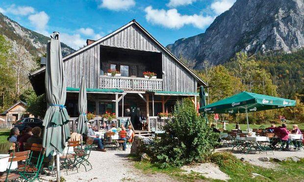 Jagdhaus Seewiese. Ganz hinten am Ufer des Altausseer Sees mit Blick auf die Trisselwand.