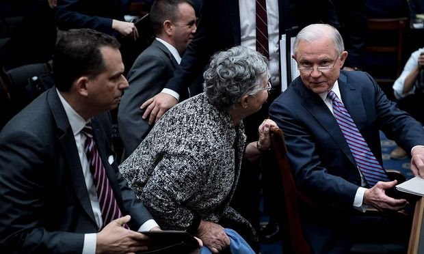 Justizminister Jeff Sessions (re.) in einer Pause des Hearings vor dem Justiz-Ausschuss des Senats in Washington.