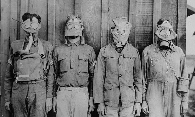 Hinter diesen Masken suchten im Ersten Weltkrieg (von links nach rechts) US-Amerikaner, Franzosen, Briten und Deutsche Schutz.