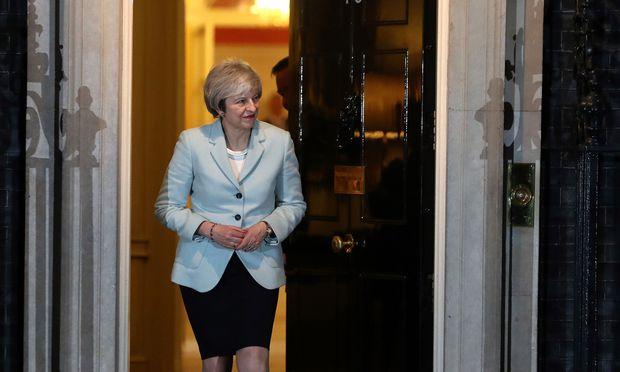 Theresa May geht nur in kleinen Schritten auf Forderung der Opposition ein.
