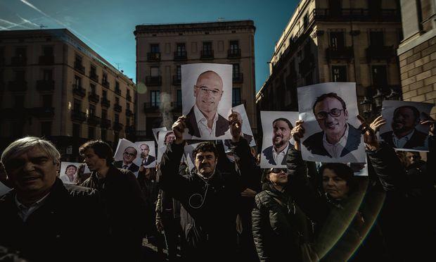 """Proteste gegen den """"spanischen Unterdrücker"""" in Barcelona: Demonstranten fordern die Freiheit der """"politischen Gefangenen"""", die in Madrid vor Gericht stehen."""