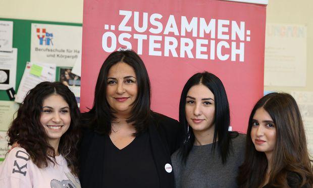 Düzen Tekkal mit Schülerinnen der Berufsschule für Schönheitsberufe in Wien-Penzing.