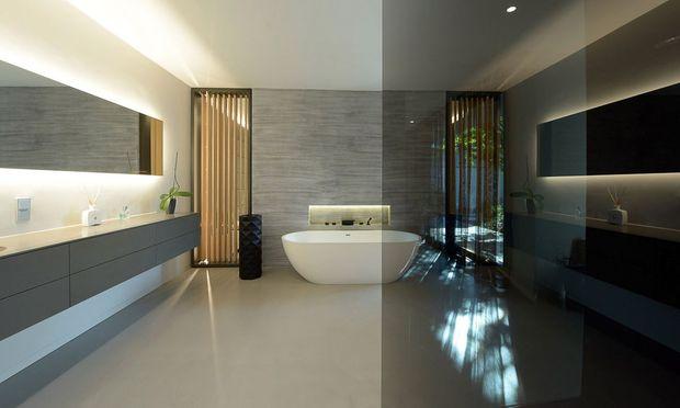 Traum in Nass. Die frei stehende Badewanne und alles rundum: zählt auch zu den Aufgaben.