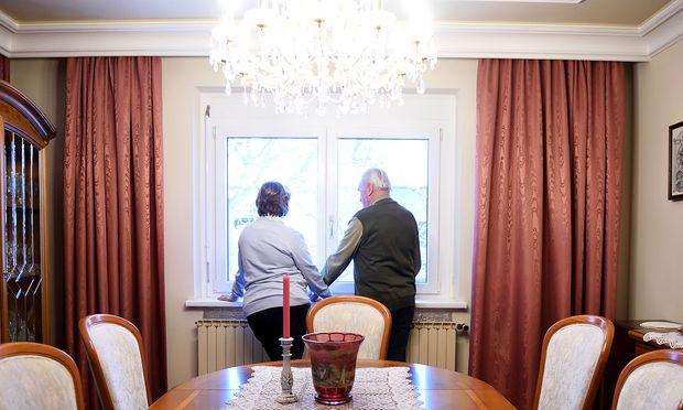 Zita und Markus Moser in seinem Esszimmer. Ihre Wohnung in der Steiermark hat Zita behalten, doch sie verbringt viel Zeit bei Markus. Fotografieren lassen wollten sie sich lieber nur von hinten.