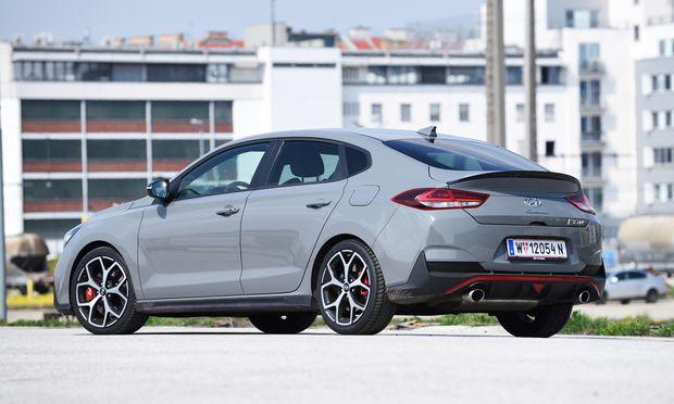 """Mit Stolz: """"Fastback""""-Schriftzug am Heck des sehr schnellen Hyundai i30 N."""