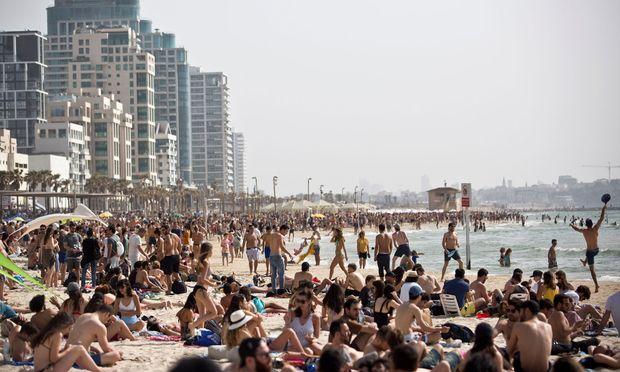 Tel Aviv, Blick auf den 14 Kilometer langen Strand und seine Partyszene.
