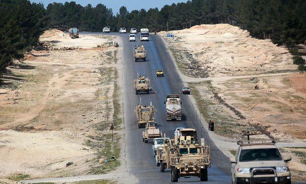 Fahrzeuge der US-geführten Koalition gegen den IS in Syrien.