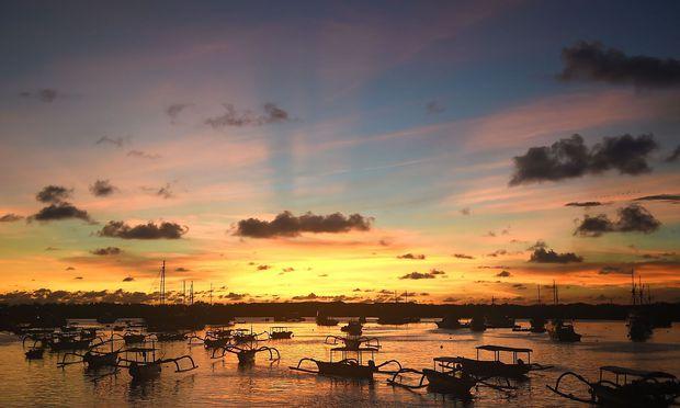 Zwölfjähriger stahl Kreditkarte und flog allein nach Bali