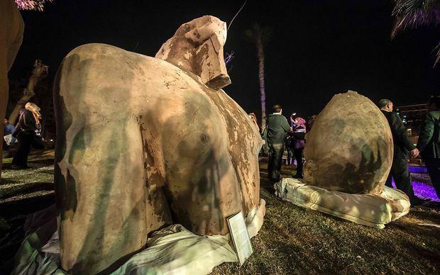 Der obere Torso und ein Teil des Kopfes der Psammetich-Statue