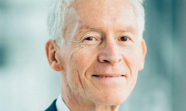 Helmut Floegl widmet sich der Ausbildung künftiger Branchenprofis.