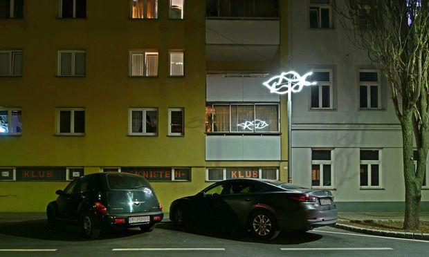 """Erinnerungszeichen: Lichtinstallation """"OT"""", Hubergasse 8."""