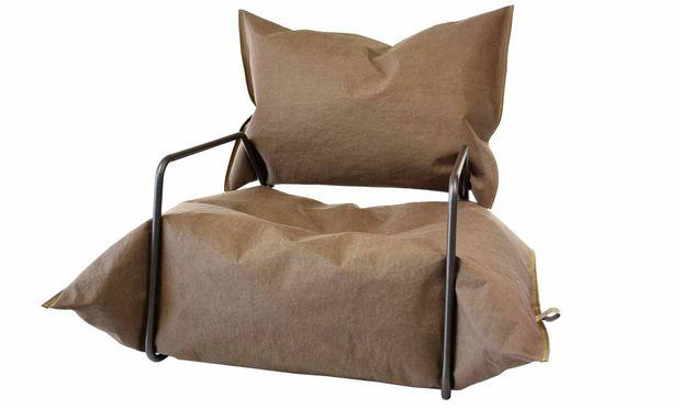 "Hat Luft. ""Paper+ Armchair"" (Agata Kulik-Pomorska und Pawel Pomorski), ""Recycling Blow""-Kollektion."