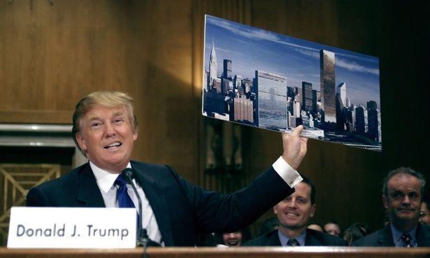 Der designierte US-Präsident, D. Trump, mit einem Bild der Skyline New Yorks. Russische Immobilienkäufer sind ihm sicher.