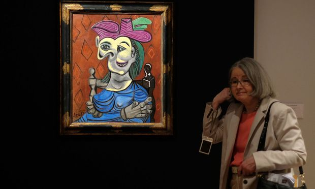 Das Bild mit dem Namen ''Sitzende Frau, blaues Kleid'' hat Picasso 1939 gemalt. Es zeigt seine damalige Freundin, Dara Maar.