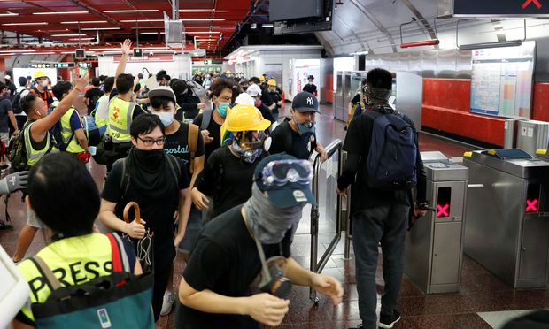 Demonstranten legen Flughafen in Hongkong weitgehend lahm