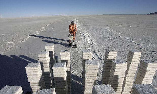 Lithium, wichtiger Bestandteil von Akkus, findet sich nur wenige Zentimeter unterhalb der größten Salzwüste der Welt, Uyuni nahe La Paz in Bolivien.