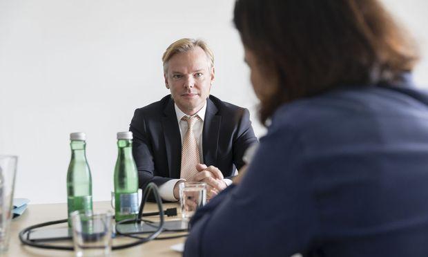 Casinos-Vorstand Peter Sidlo sieht keinen Grund, sich von Heinz-Christian Strache und Johann Gudenus zu distanzieren.