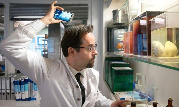 Wird das Haar da oben langsam licht? Professor Boerne prüft seinen Hinterkopf