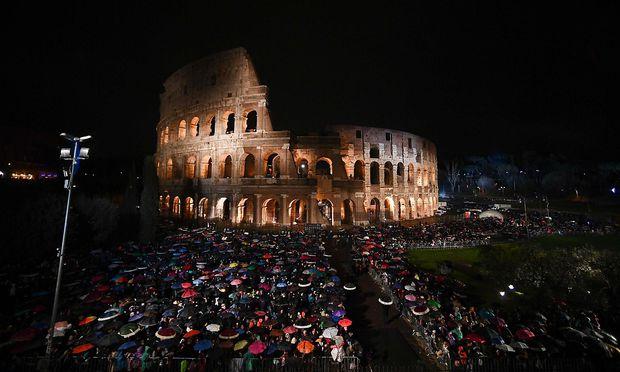 Papst betet mit 20.000 Menschen beim Kreuzweg
