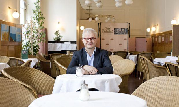 Den Valentinstag auf Schmetterlinge und Luftballons zu reduzieren, sei absurd, sagt der Unternehmer Martin Kugler – hier im Wiener Café Prückel.