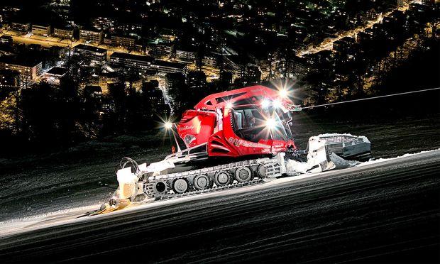 30 Liter Diesel pro Stunde, 500 PS stark: Hightechgerät Pistenraupe, gut sichtbar der Einsatz der Seilwinde.