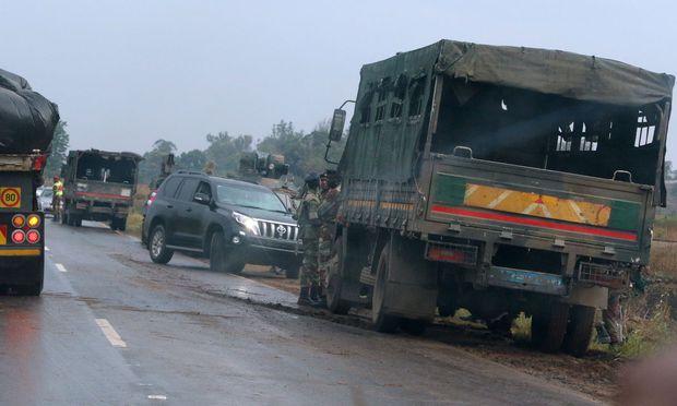 Hohe Militärpräsenz, hier knapp außerhalb von Harare.