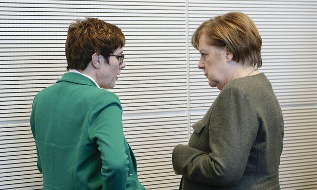 Annegret Kramp-Karrenbauer (links) gilt als Angela Merkels Wunschnachfolgerin im Kanzleramt. Aber noch ist es nicht soweit.