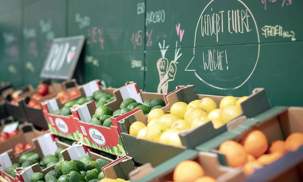 Symbolbild zum Thema Bio Lebensmittel Eine Obst und Gemuesauslage im Supermarkt Bioladen Berlin