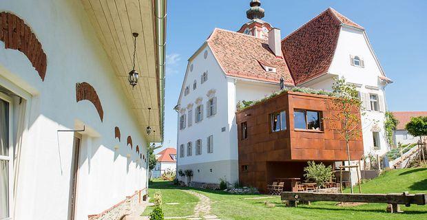 Aus dem Dornröschenschlaf erweckt: Pfarrhof (Restaurant) samt Nebengebäude (Appartements) in St. Andrä im Sausal. / Bild: Karin Bergmann