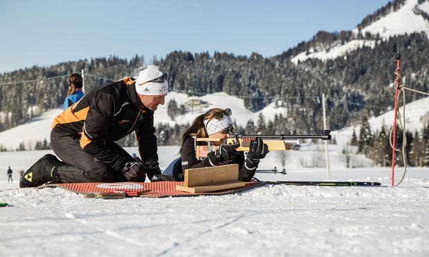 Einweisung in den Umgang mit dem Biathlongewehr